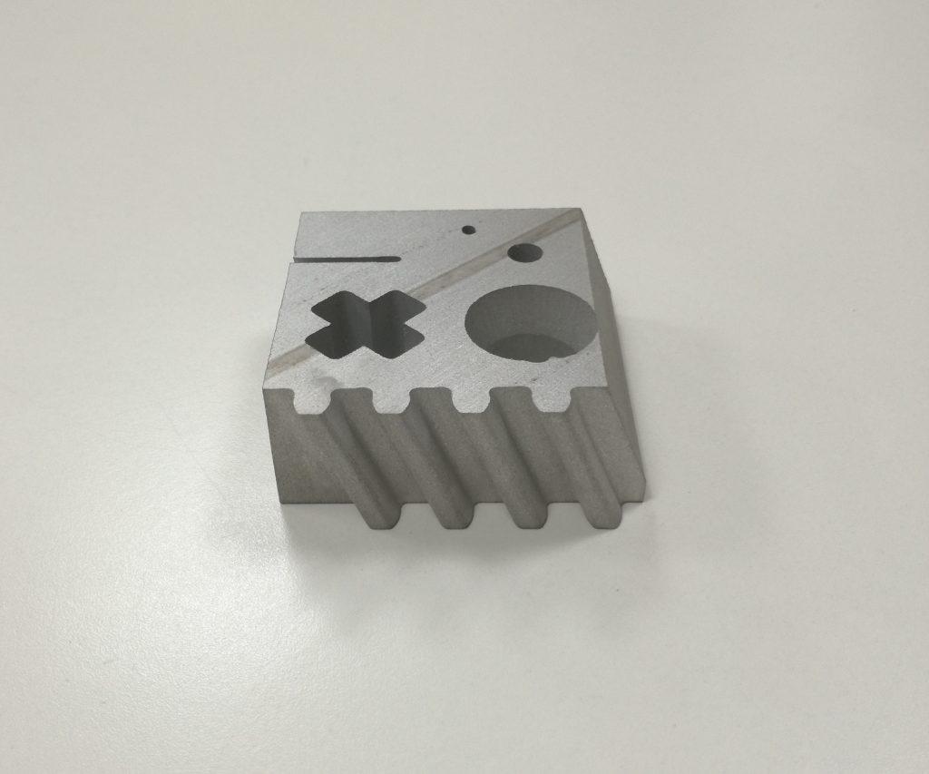 Corte de aluminio por hilo de agua